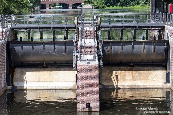 Das Fuhlsbüttler Wehr sorgt für einen Wasserstandsunterschied von 4m in der Alster.