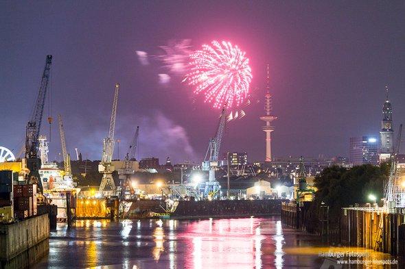 Das Feuerwerk vom Hamburger Dom ist von der Argentinienbrücke aus gut zu sehen