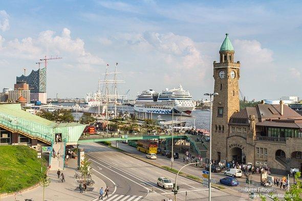 Elbphilharmonie, AIDAsol und der Pegelturm an den Landungsbrücken