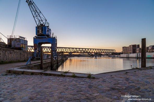 Löschplatz im Billhafen nach Sonnenuntergang