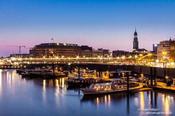 Binnenhafen in der Speicherstadt am Abend nach einem sonnigen Tag (2014)