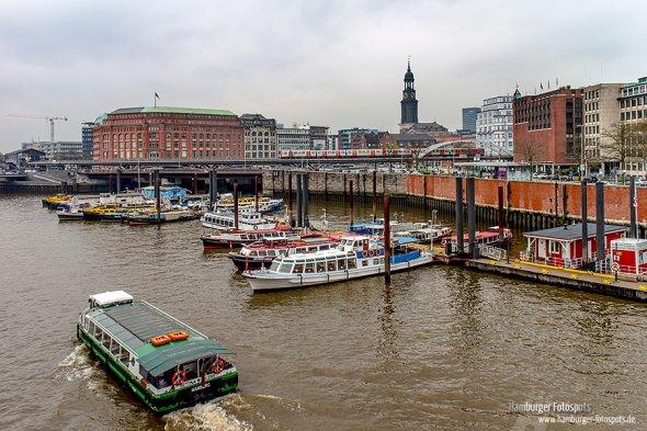 Sieht am Tage ganz anders aus: An einem bewölkten Tag aufgenommenes Foto von dem Binnenhafen (2014)