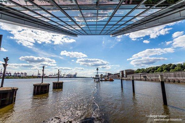 Unter dem Dockland: Spiegelnde Gebäudeteile und der Hamburger Hafen - aus der Tiefgarage fotografiert (2014)