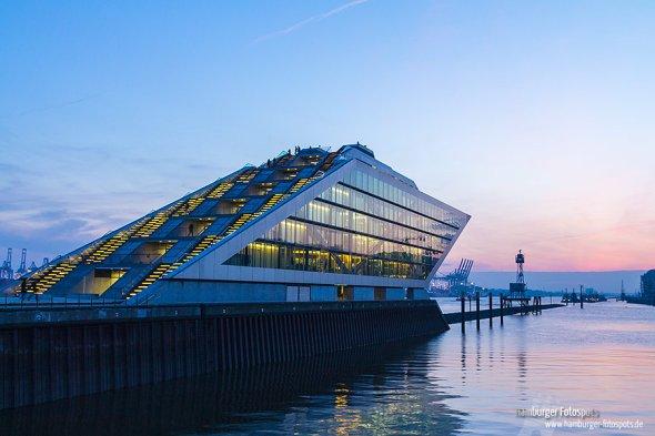 Dieses Foto vom Dockland Officebuilding ist im März zur blauen Stunde gegen 18.30 Uhr entstanden.