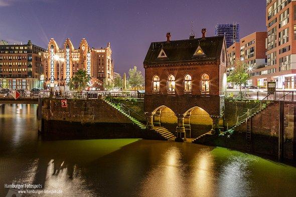 """Der Fotospot """"Holländischer Brook (Fleetschlösschen)"""" in der Hamburger Speicherstadt ist besonders am Abend ein Besuch Wert."""