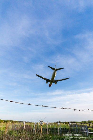 Landendes Flugzeug am Airport Hamburg (Runway 15)