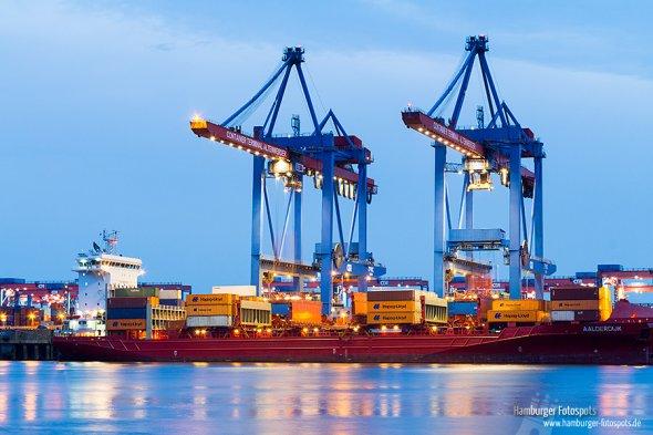 Das 168m lange Containerschiff Aalderdijk wird gerade am Containerterminal Altenwerder entladen.