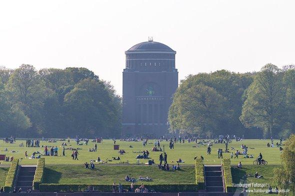Hamburger Planetarium hinter der großen Wiese im Stadtpark