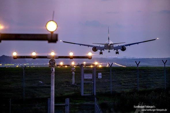 Landendes Flugzeug auf der Runway 23 in Hamburg (HAM)
